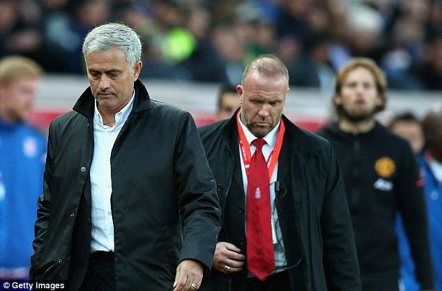Vi sao Jose Mourinho tu choi bat tay Mark Hughes? hinh anh 1
