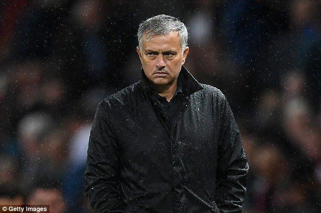 Thang gion gia, cau thu MU van bi Jose Mourinho mang sap mat hinh anh 2