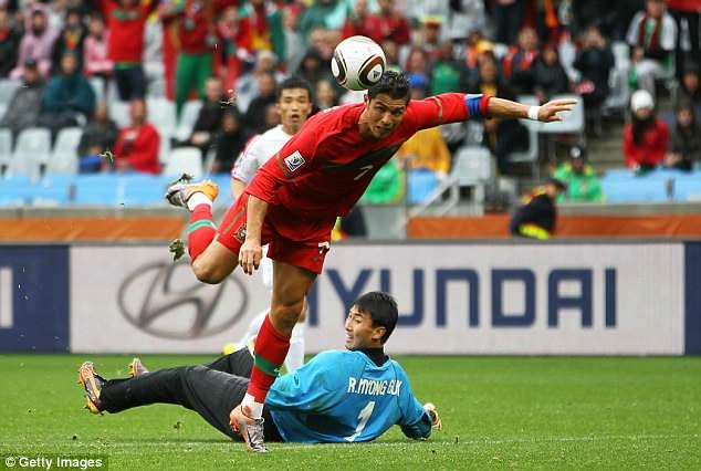 Ronaldo dau Messi o World Cup: Hi vong biet bao nhieu roi cung thanh tham hoa hinh anh 4