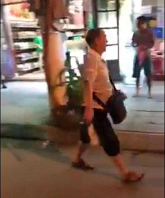 Nhom khach Trung Quoc au da voi nhan vien nha hang o Nha Trang hinh anh 1