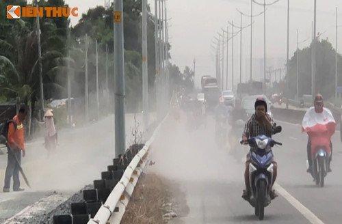Bao bui tan cong nguoi di xe may tren duong dan cao toc TP.HCM - Trung Luong hinh anh 1