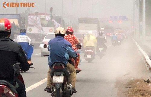 Bao bui tan cong nguoi di xe may tren duong dan cao toc TP.HCM - Trung Luong hinh anh 2