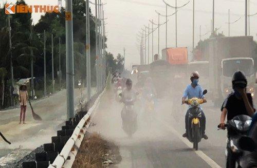 Bao bui tan cong nguoi di xe may tren duong dan cao toc TP.HCM - Trung Luong hinh anh 4