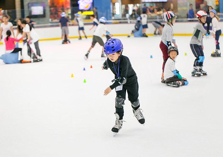 Sân trượt băng hấp dẫn trẻ nhỏ tại Trung tâm thương mại Royal City