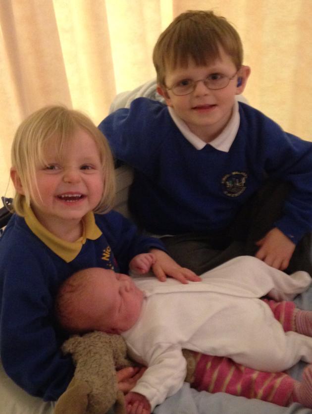 Hình ảnh cô bé Pippa chụp cùng anh trai và em trai mới sinh