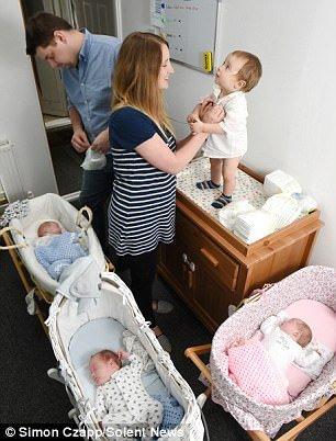 Việc chăm sóc 4 đứa bé không hề dễ dàng