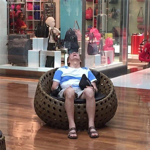 Loạt sắc thái ngủ gậtcủa các ông bố khiến người xem không khỏi phì cười.