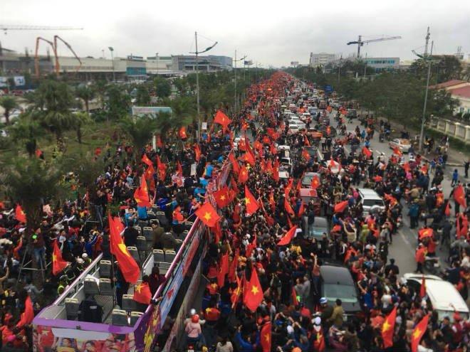 Trực tiếp U23 Việt Nam về nước 28/1: Xe bus đến cầu Nhật Tân, biển người chật ních - 1