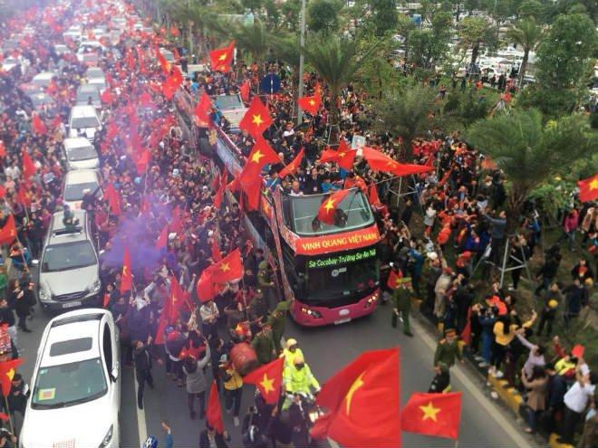 Trực tiếp U23 Việt Nam về nước 28/1: Xe bus đến cầu Nhật Tân, biển người chật ních - 2