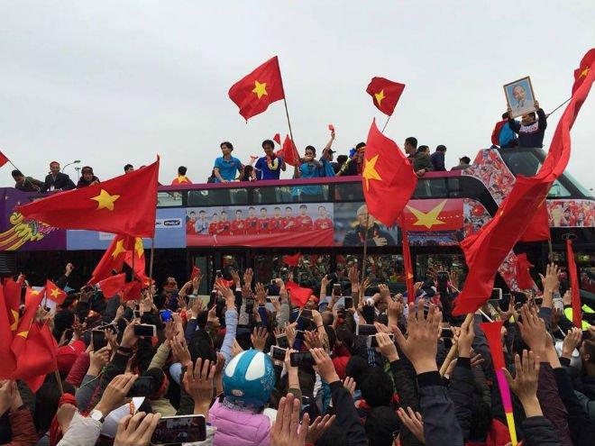 Trực tiếp U23 Việt Nam về nước 28/1: Xe bus đến cầu Nhật Tân, biển người chật ních - 3