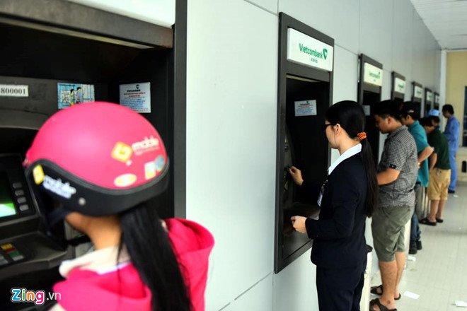Cac ngan hang lon lai bat tay tang phi rut tien ATM, bat dau tu 15/7 hinh anh 1
