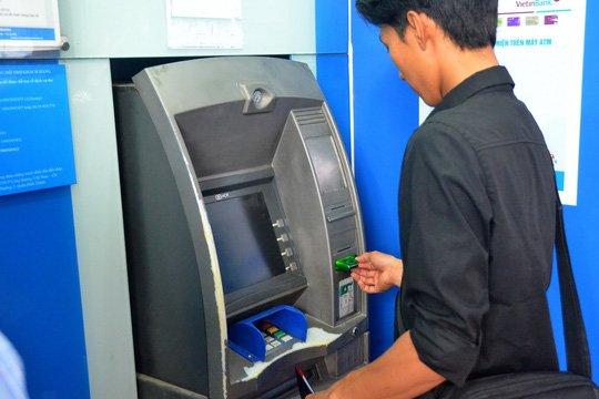 Dong loat tang phi rut tien ATM: Xem xet dau hieu vi pham hinh anh 1