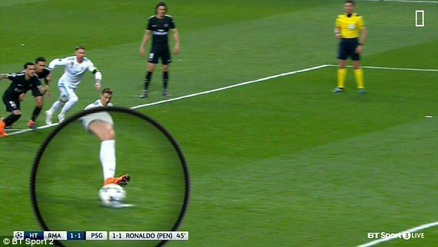 Bi an trai bong tu xe dich truoc khi Ronaldo sut phat den hinh anh 2