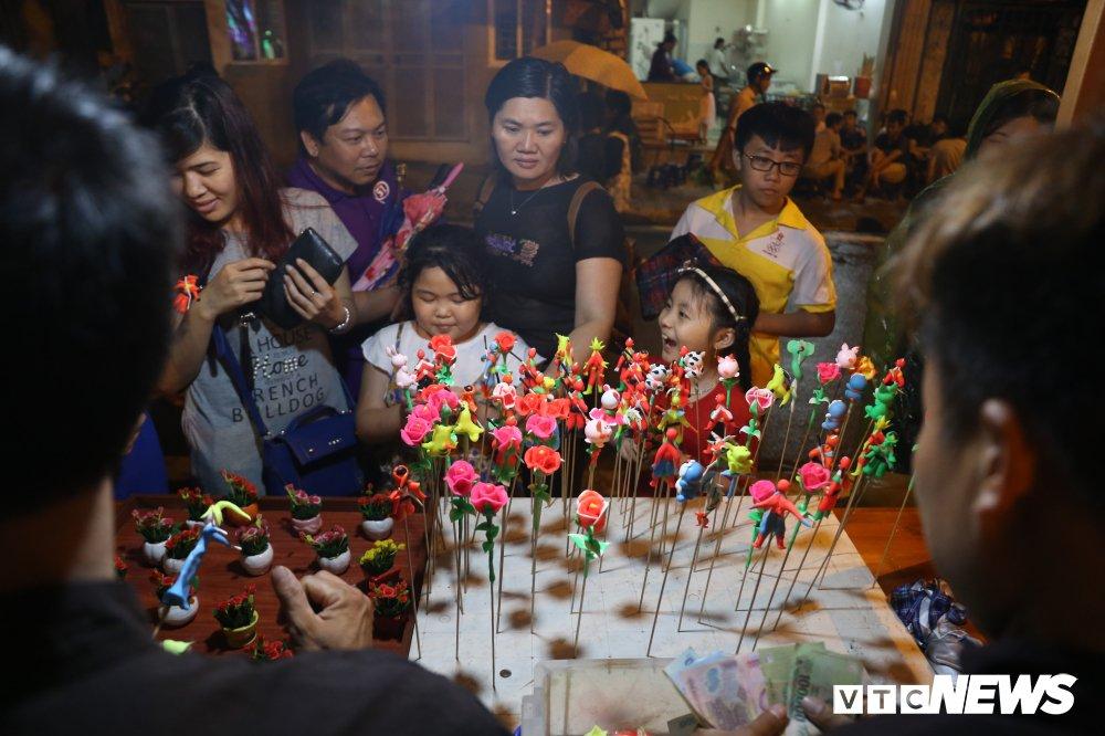 Anh: Nguoi dan Thu do 'doi mua' du le khai truong pho di bo Trinh Cong Son hinh anh 7