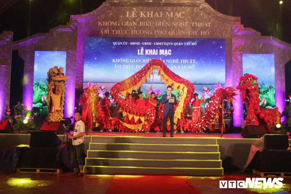 Anh: Nguoi dan Thu do 'doi mua' du le khai truong pho di bo Trinh Cong Son hinh anh 2
