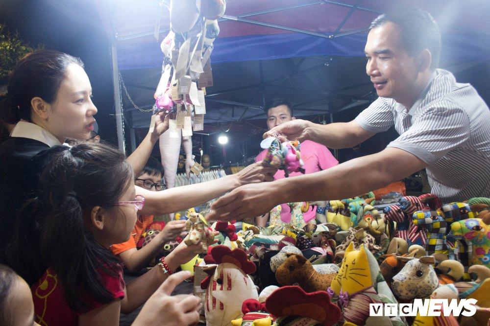 Anh: Nguoi dan Thu do 'doi mua' du le khai truong pho di bo Trinh Cong Son hinh anh 8