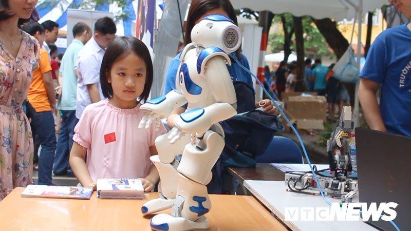 Anh: Tre em Ha Noi trai nghiem dieu khien robot tai Ngay hoi STEM 2018 hinh anh 9