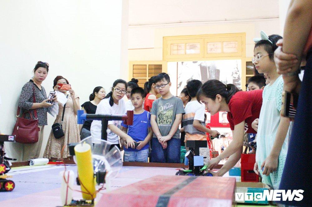 Anh: Tre em Ha Noi trai nghiem dieu khien robot tai Ngay hoi STEM 2018 hinh anh 3
