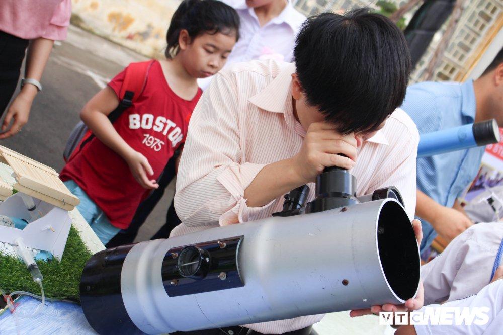 Anh: Tre em Ha Noi trai nghiem dieu khien robot tai Ngay hoi STEM 2018 hinh anh 6