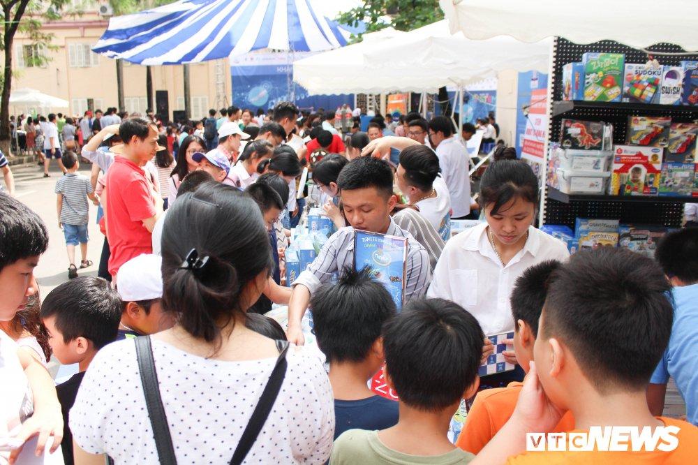 Anh: Tre em Ha Noi trai nghiem dieu khien robot tai Ngay hoi STEM 2018 hinh anh 1