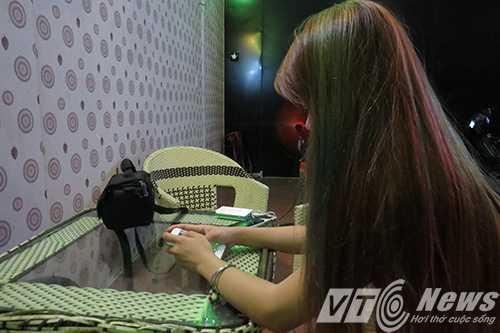Chu quan karaoke bi danh da man: Nu tiep vien tung bi Phong 'am' di thang dieu thuoc vao mat hinh anh 2