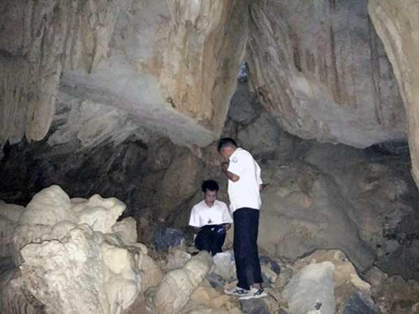 Thuc hu viec mang nhu dá trong hang dong Vinh Ha Long bi dap pha hinh anh 2