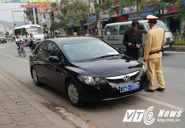 Quang Ninh xu ly hang loat xe bien xanh thanh ly 'nhon nho' tren duong hinh anh 1
