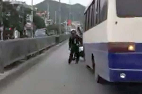 Canh sat co dong Quang Ninh truy duoi xe vi pham nhu phim hanh dong hinh anh 2