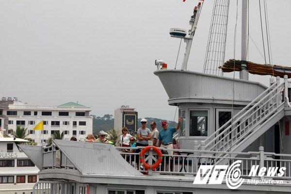 Quang Ninh tu choi cap phep hang loat tau du lich tren vinh Ha Long hinh anh 1