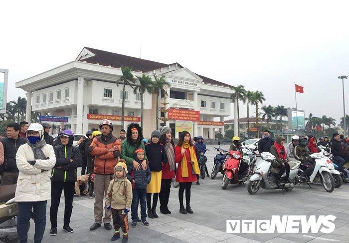 Anh: Duong pho Thai Binh ruc ro co hoa don cau thu U23 Viet Nam Doan Van Hau hinh anh 8