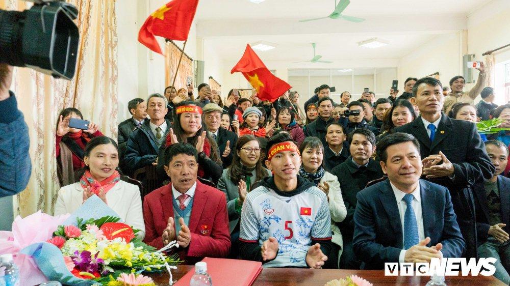 Anh: Doan Van Hau di giua rung co ngay tro ve que lua Thai Binh hinh anh 14