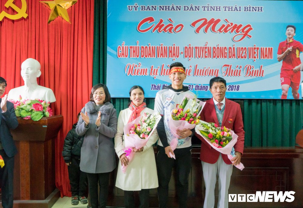 Anh: Doan Van Hau di giua rung co ngay tro ve que lua Thai Binh hinh anh 16