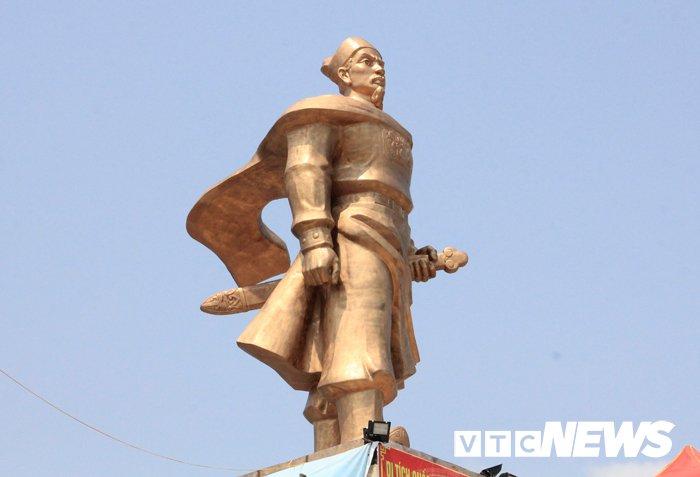 Van nguoi chiem bai ngoi den linh thieng vung Dong Bac To quoc hinh anh 11