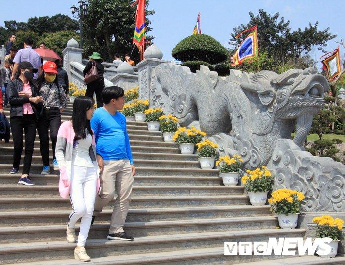 Van nguoi chiem bai ngoi den linh thieng vung Dong Bac To quoc hinh anh 6