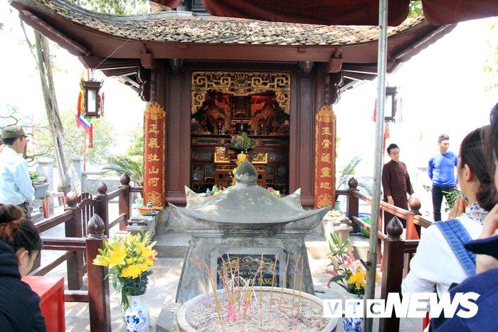 Van nguoi chiem bai ngoi den linh thieng vung Dong Bac To quoc hinh anh 8