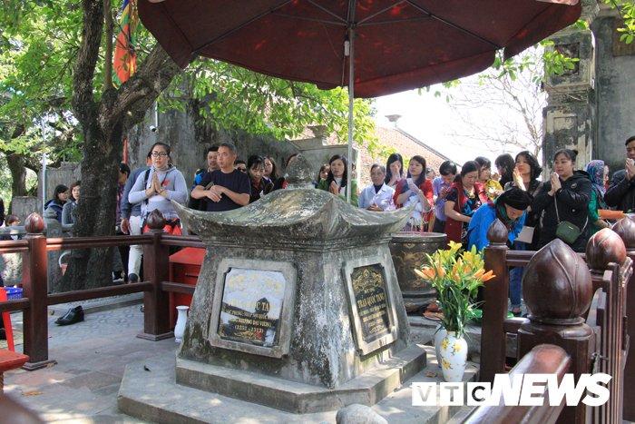 Van nguoi chiem bai ngoi den linh thieng vung Dong Bac To quoc hinh anh 9