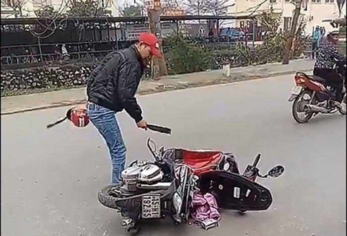 Video: Mau thuan voi vo, chong chem nat xe, doa giet nguoi hinh anh 1