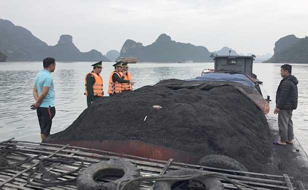 Bat giu 2 tau cho hang tram tan than trai phep tren bien Hai Phong hinh anh 1