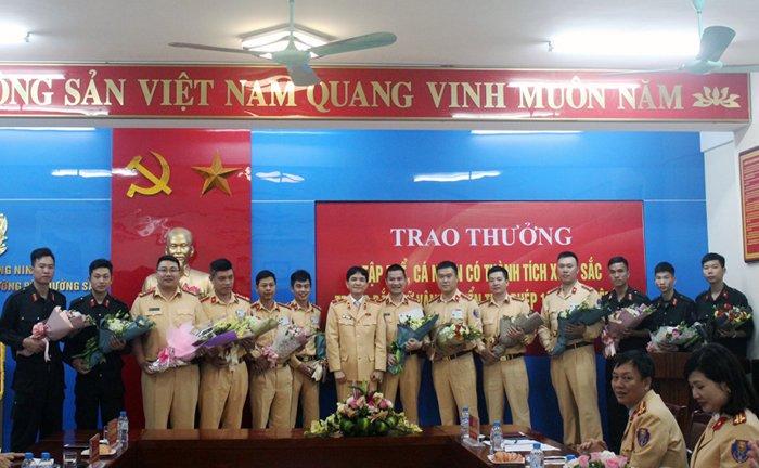 Thuong nong Canh sat Quang Ninh bat xe o to bien so Lao cho 100 banh heroin hinh anh 2