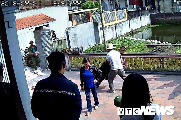 Video: Nhom nguoi ngang nguoc 'lap chien luy' truoc nha truong ho o Hai Phong hinh anh 1