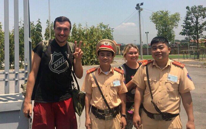 CSGT Quang Ninh giup do 2 du khach Nga mat giay to, tien bac hinh anh 1