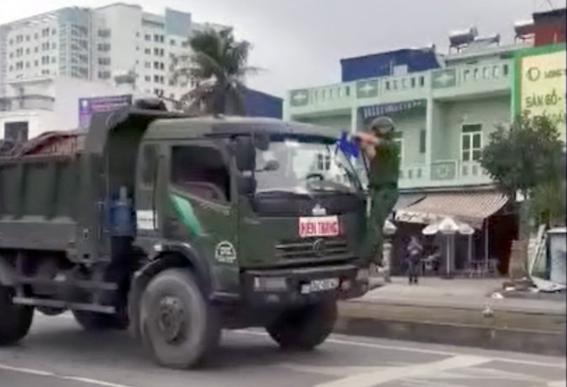 Video: Canh sat du bam guong yeu cau dung, tai xe van co tinh chay, tong thang vao xe CSGT hinh anh 1