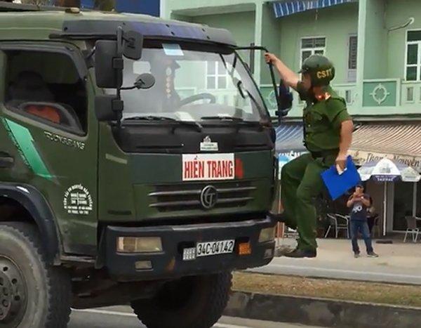 Tai xe xe tai tong xe CSGT: Cong an Hai Phong thong tin chinh thuc hinh anh 1