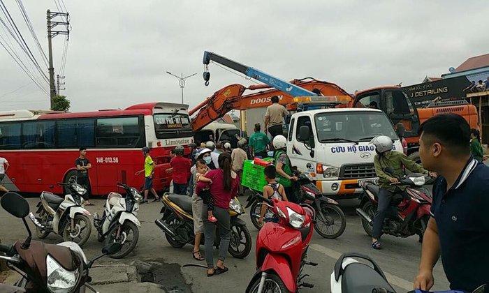 Hai xe khach tong nhau, hang loat nguoi bi thuong o Quang Ninh hinh anh 1
