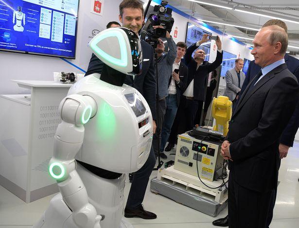 Can canh robot bat tay voi tong thong Putin hinh anh 1