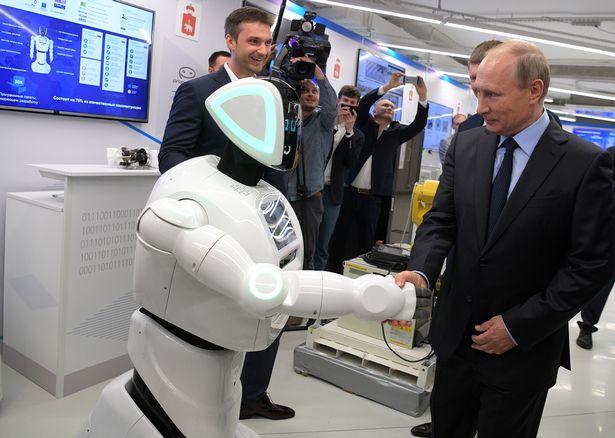Can canh robot bat tay voi tong thong Putin hinh anh 2