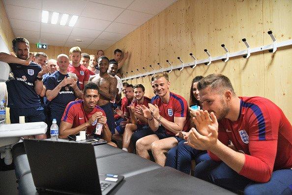 Sao tuyen Anh chuc mung dan em vo dich U20 World Cup qua laptop hinh anh 1
