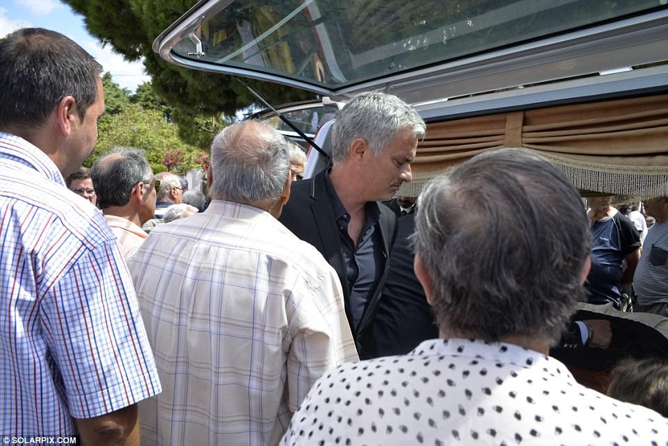 Mourinho buon tham trong ngay dua tang cha hinh anh 2