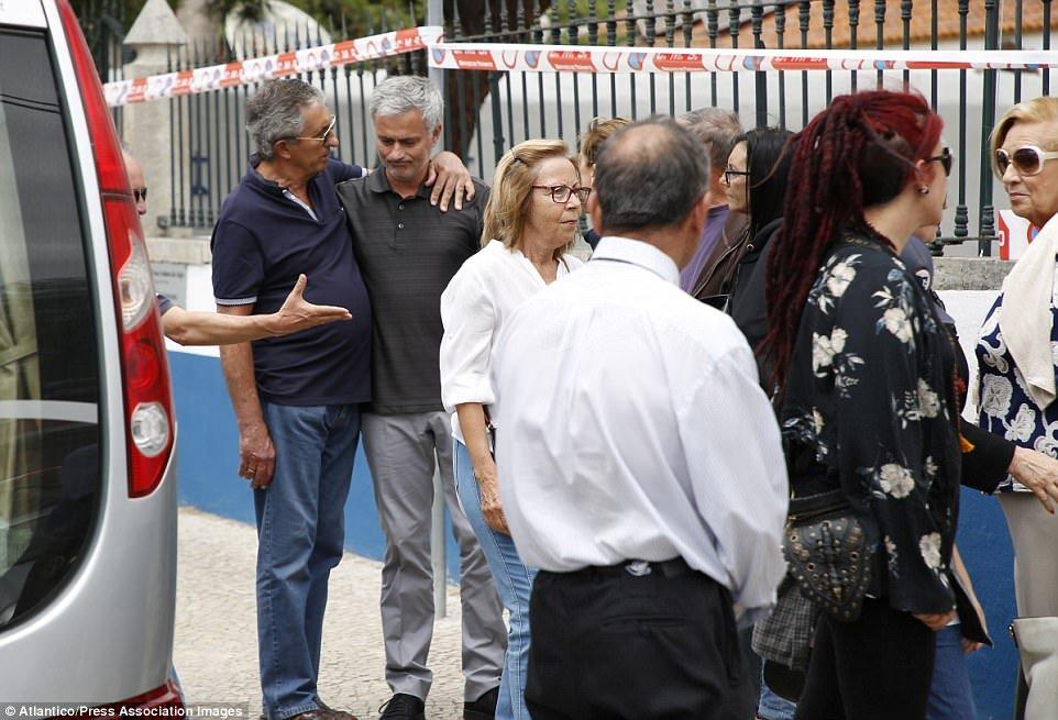 Mourinho buon tham trong ngay dua tang cha hinh anh 4