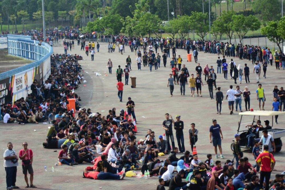 Chay ve chung ket bong da SEA Games 29: CDV dap vo rao an ninh, lam loan Shah Alam hinh anh 2